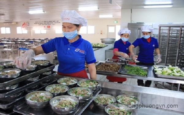Sử dụng găng tay nilon chế biến đồ ăn trong công ty
